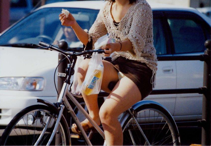 【自転車娘盗撮エロ画像】おいしそうな太ももにパンチラ!自転車娘を激写!