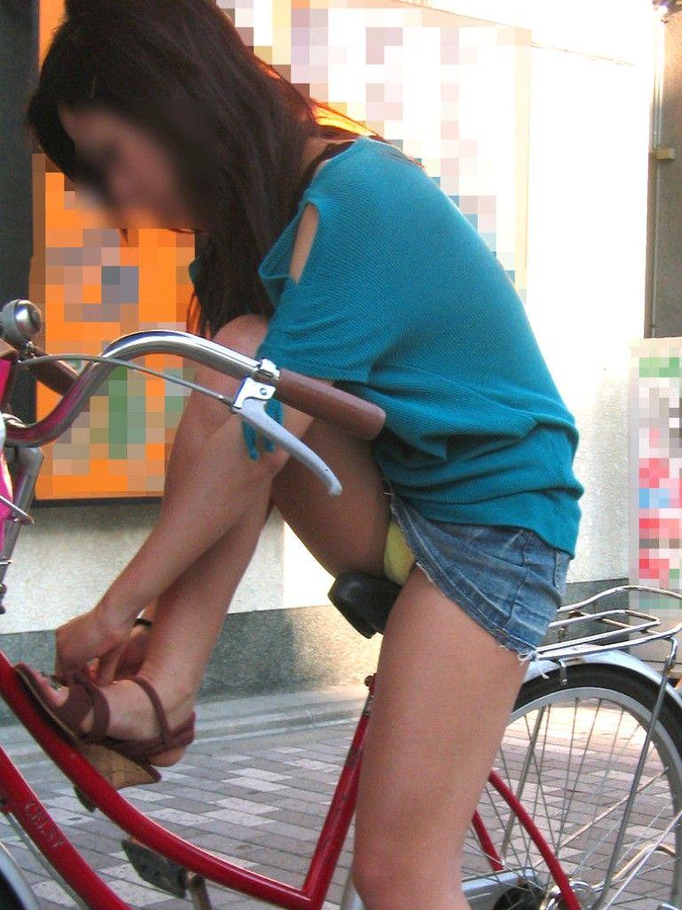 【自転車娘盗撮エロ画像】おいしそうな太ももにパンチラ!自転車娘を激写! 03