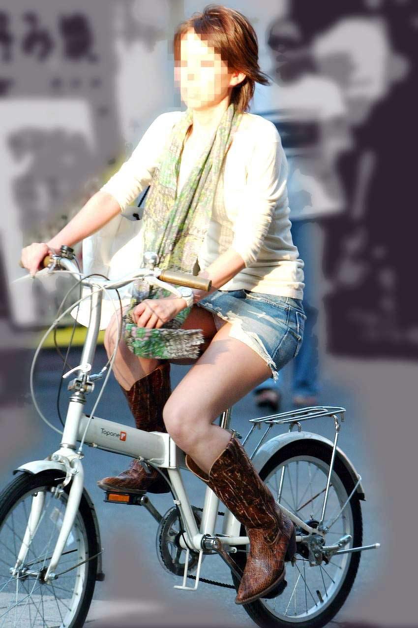 【自転車娘盗撮エロ画像】おいしそうな太ももにパンチラ!自転車娘を激写! 05