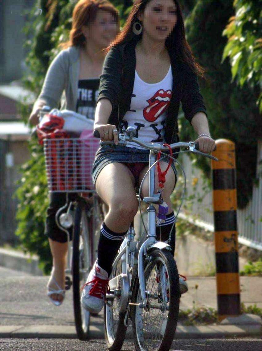 【自転車娘盗撮エロ画像】おいしそうな太ももにパンチラ!自転車娘を激写! 06