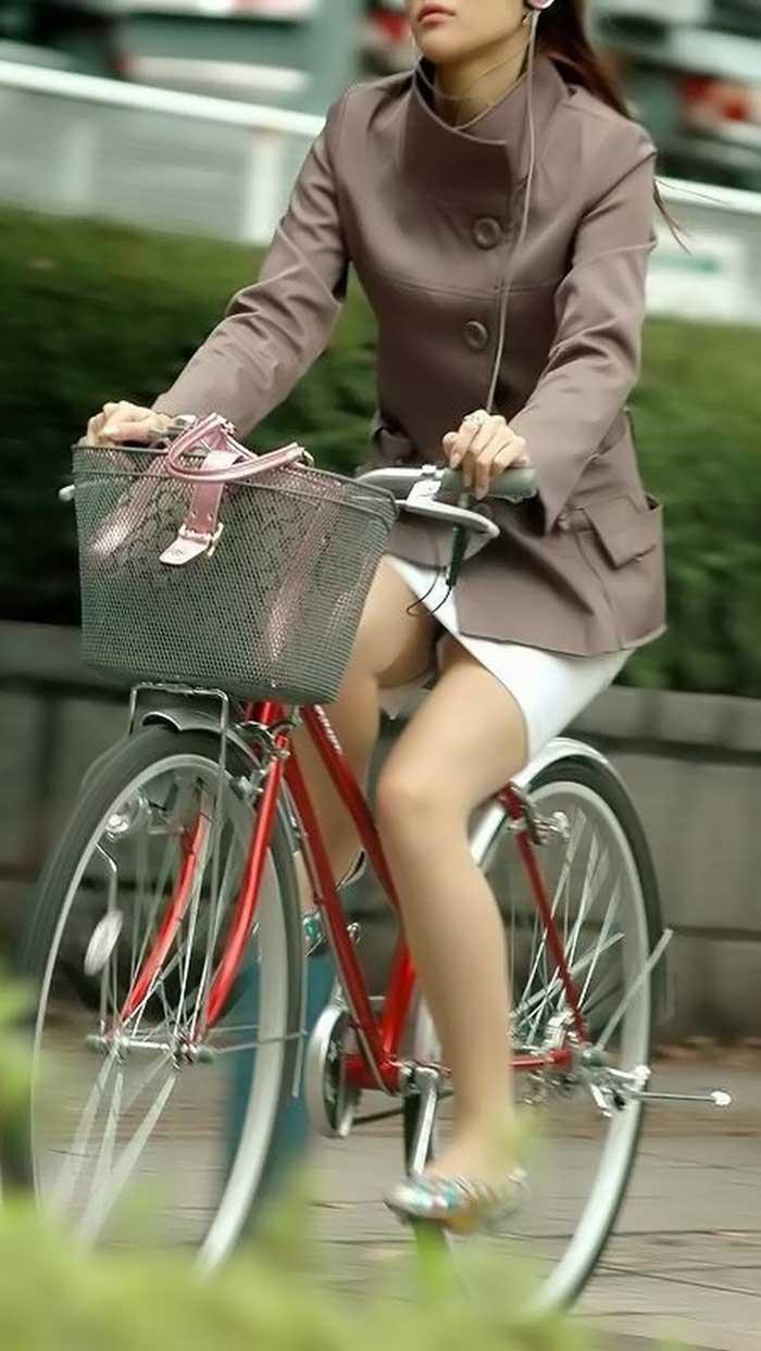 【自転車娘盗撮エロ画像】おいしそうな太ももにパンチラ!自転車娘を激写! 08