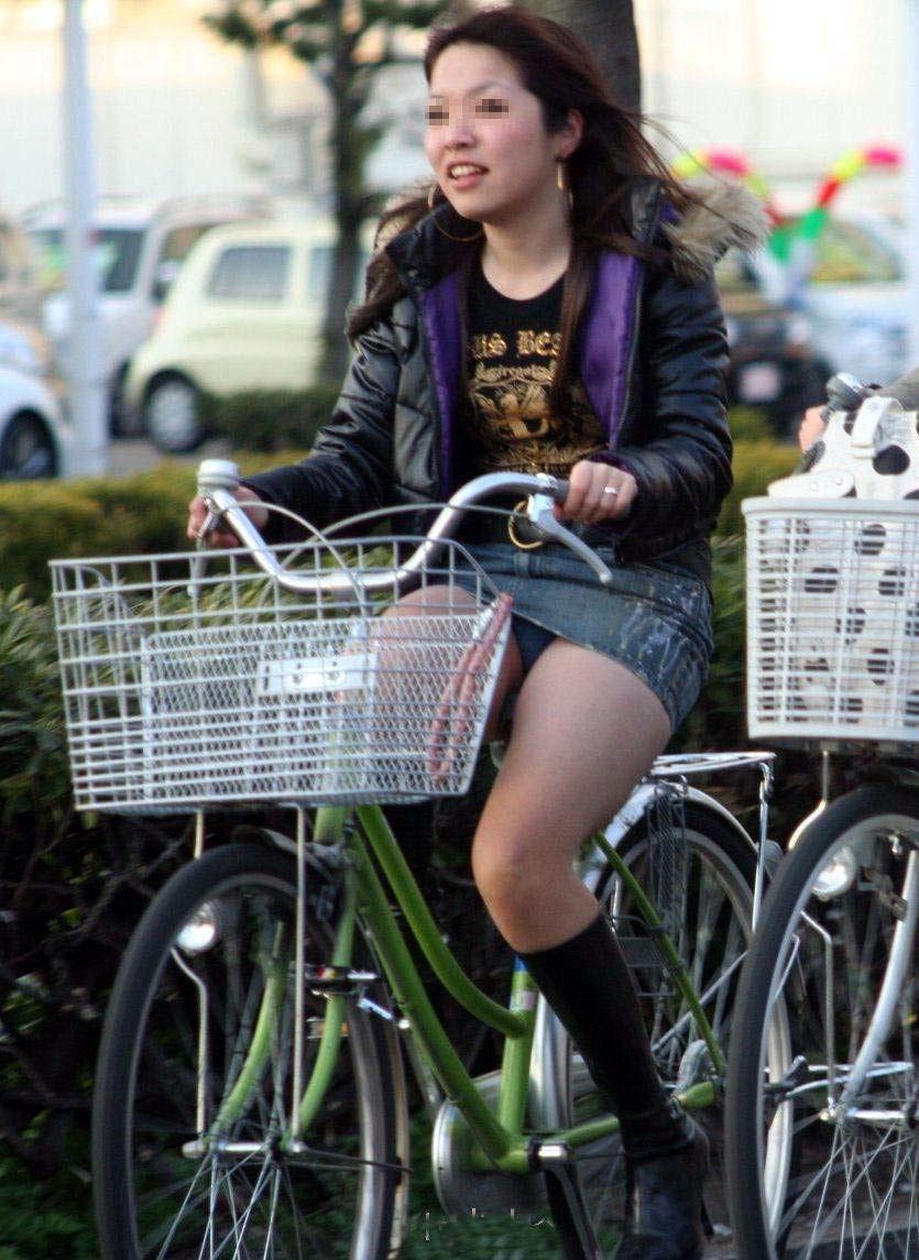 【自転車娘盗撮エロ画像】おいしそうな太ももにパンチラ!自転車娘を激写! 09