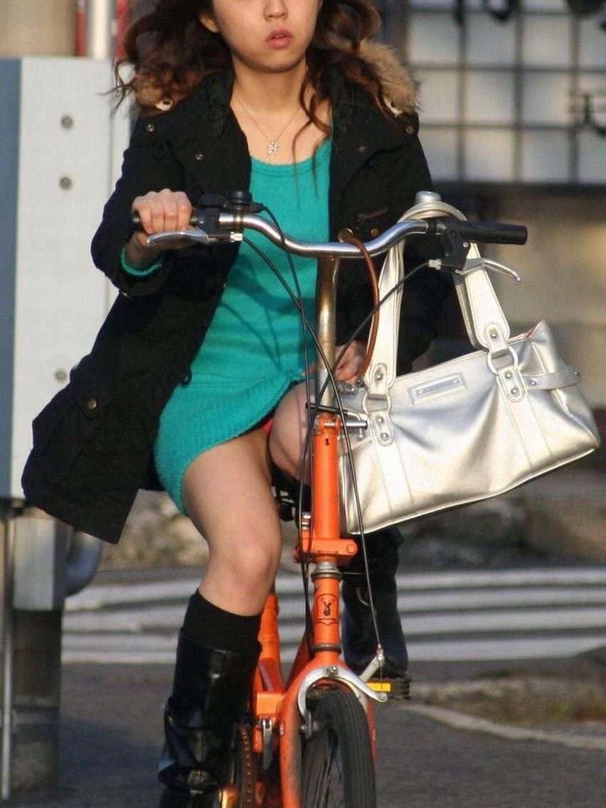 【自転車娘盗撮エロ画像】おいしそうな太ももにパンチラ!自転車娘を激写! 10