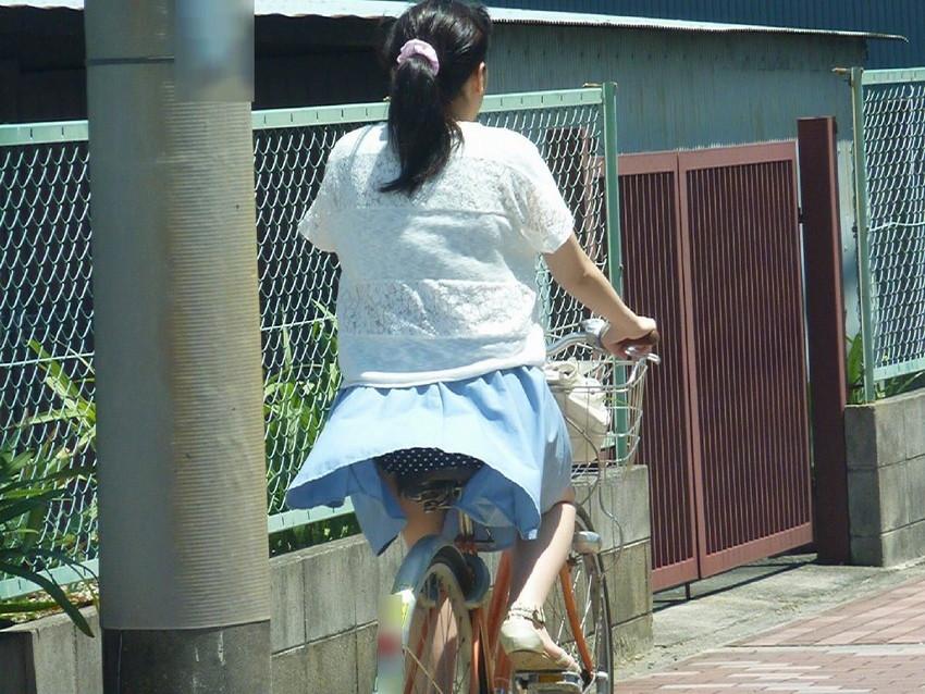 【自転車娘盗撮エロ画像】おいしそうな太ももにパンチラ!自転車娘を激写! 11