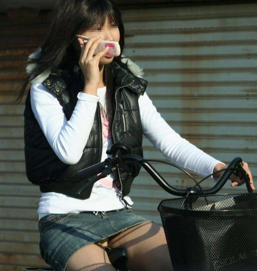 【自転車娘盗撮エロ画像】おいしそうな太ももにパンチラ!自転車娘を激写! 12