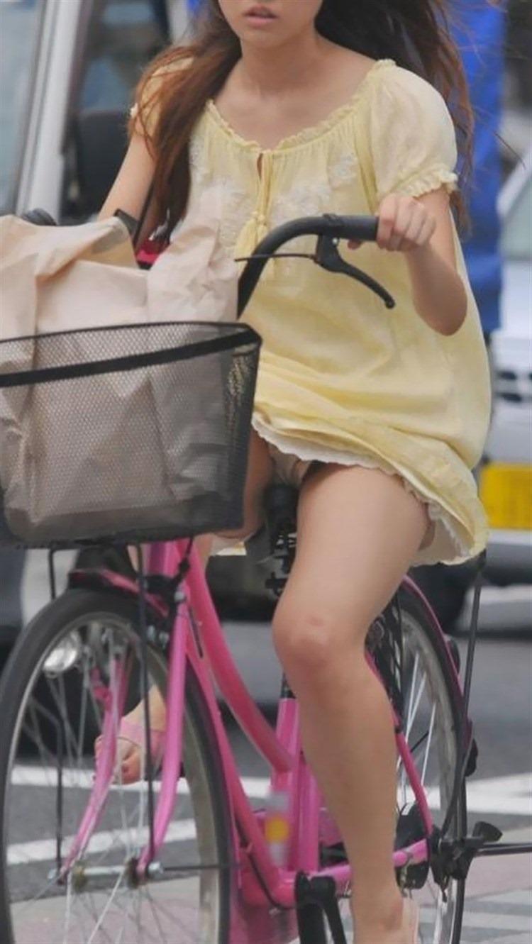 【自転車娘盗撮エロ画像】おいしそうな太ももにパンチラ!自転車娘を激写! 14