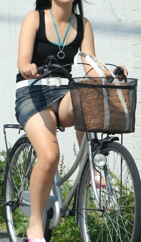 【自転車娘盗撮エロ画像】おいしそうな太ももにパンチラ!自転車娘を激写! 16