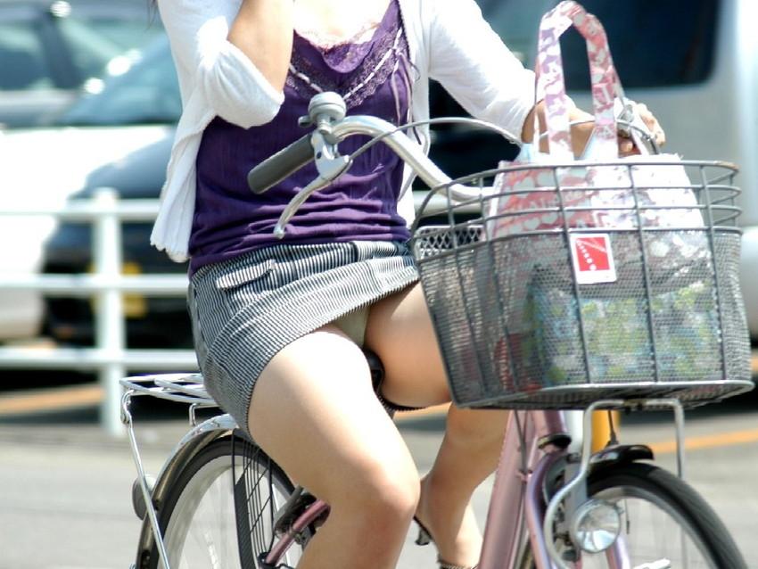 【自転車娘盗撮エロ画像】おいしそうな太ももにパンチラ!自転車娘を激写! 18