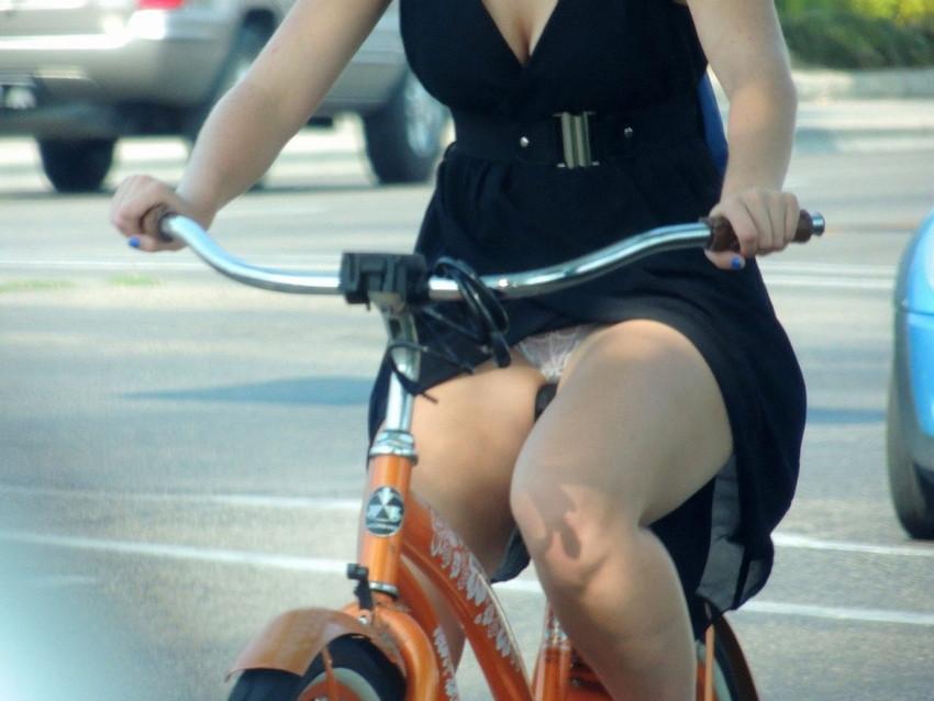 【自転車娘盗撮エロ画像】おいしそうな太ももにパンチラ!自転車娘を激写! 20