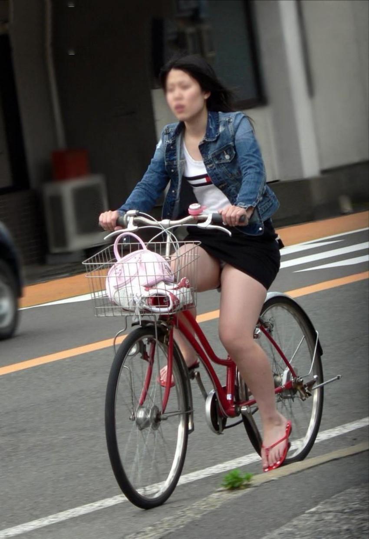【自転車娘盗撮エロ画像】おいしそうな太ももにパンチラ!自転車娘を激写! 23
