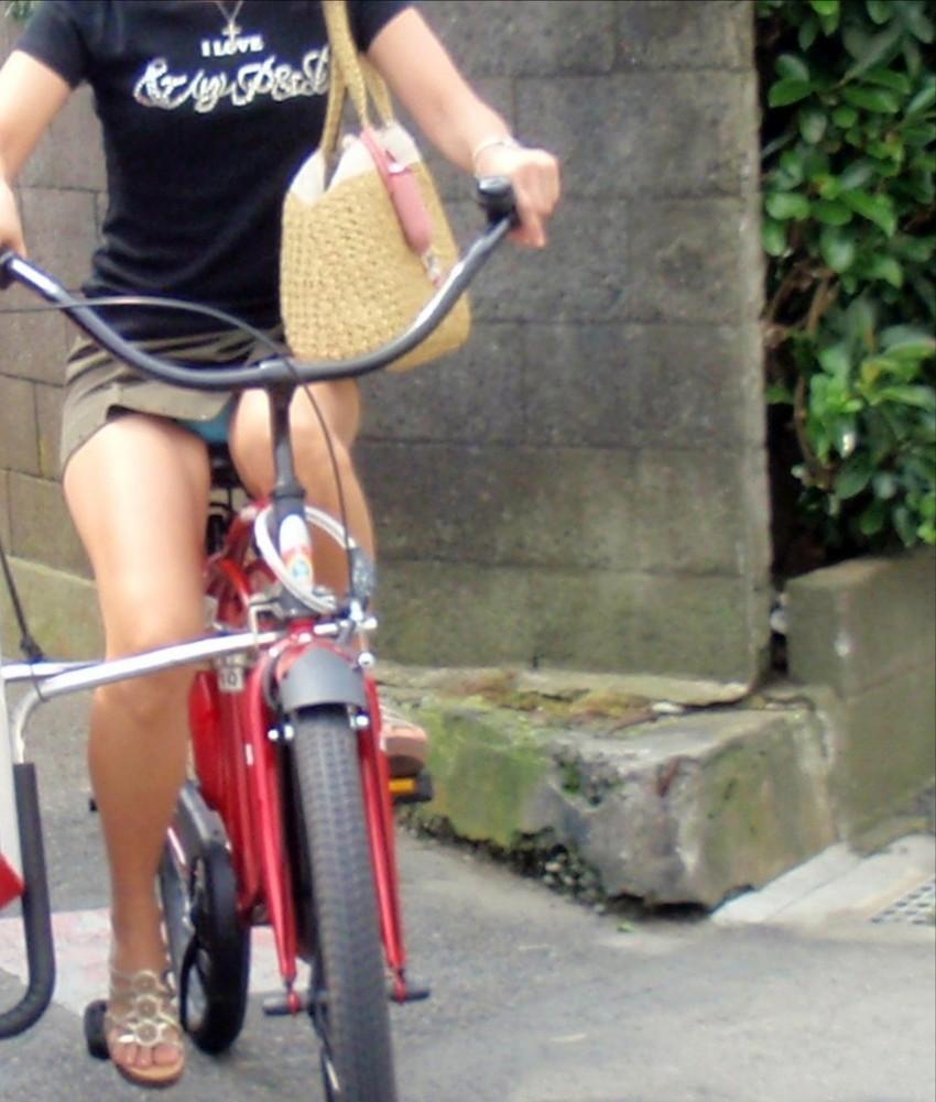 【自転車娘盗撮エロ画像】おいしそうな太ももにパンチラ!自転車娘を激写! 25