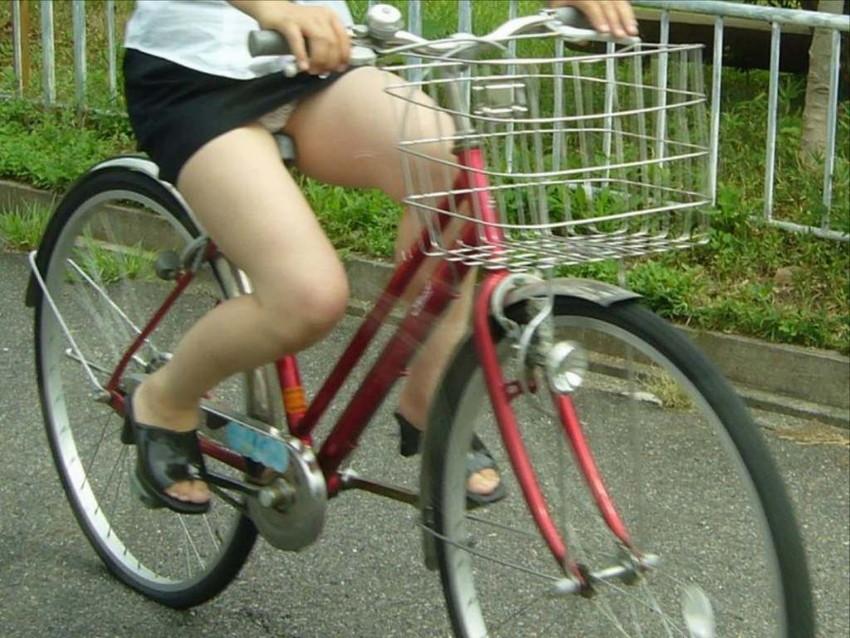 【自転車娘盗撮エロ画像】おいしそうな太ももにパンチラ!自転車娘を激写! 26