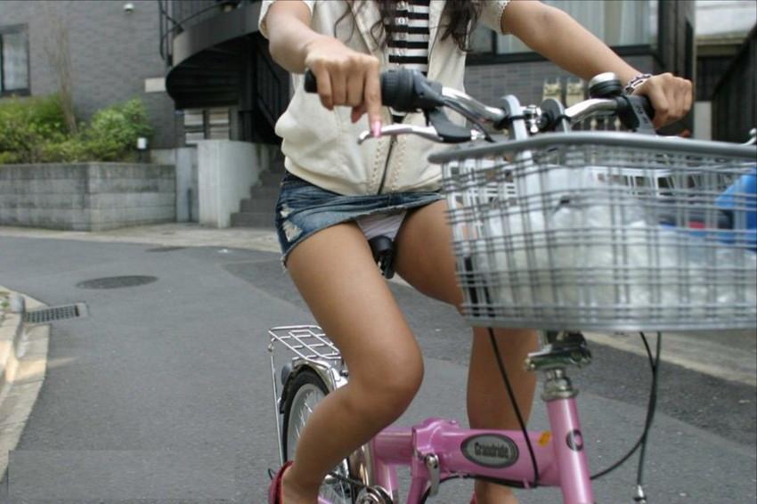 【自転車娘盗撮エロ画像】おいしそうな太ももにパンチラ!自転車娘を激写! 28