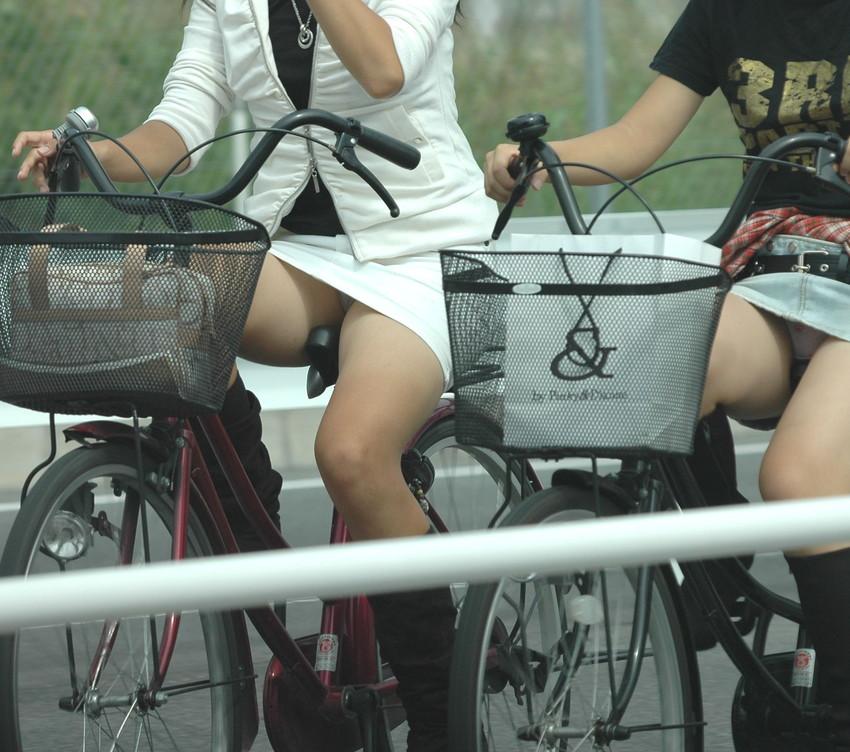 【自転車娘盗撮エロ画像】おいしそうな太ももにパンチラ!自転車娘を激写! 34