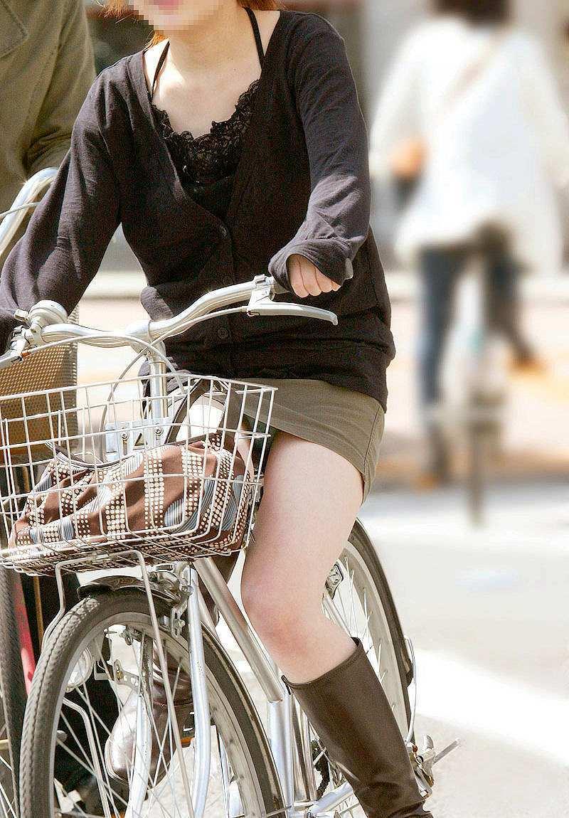 【自転車娘盗撮エロ画像】おいしそうな太ももにパンチラ!自転車娘を激写! 35