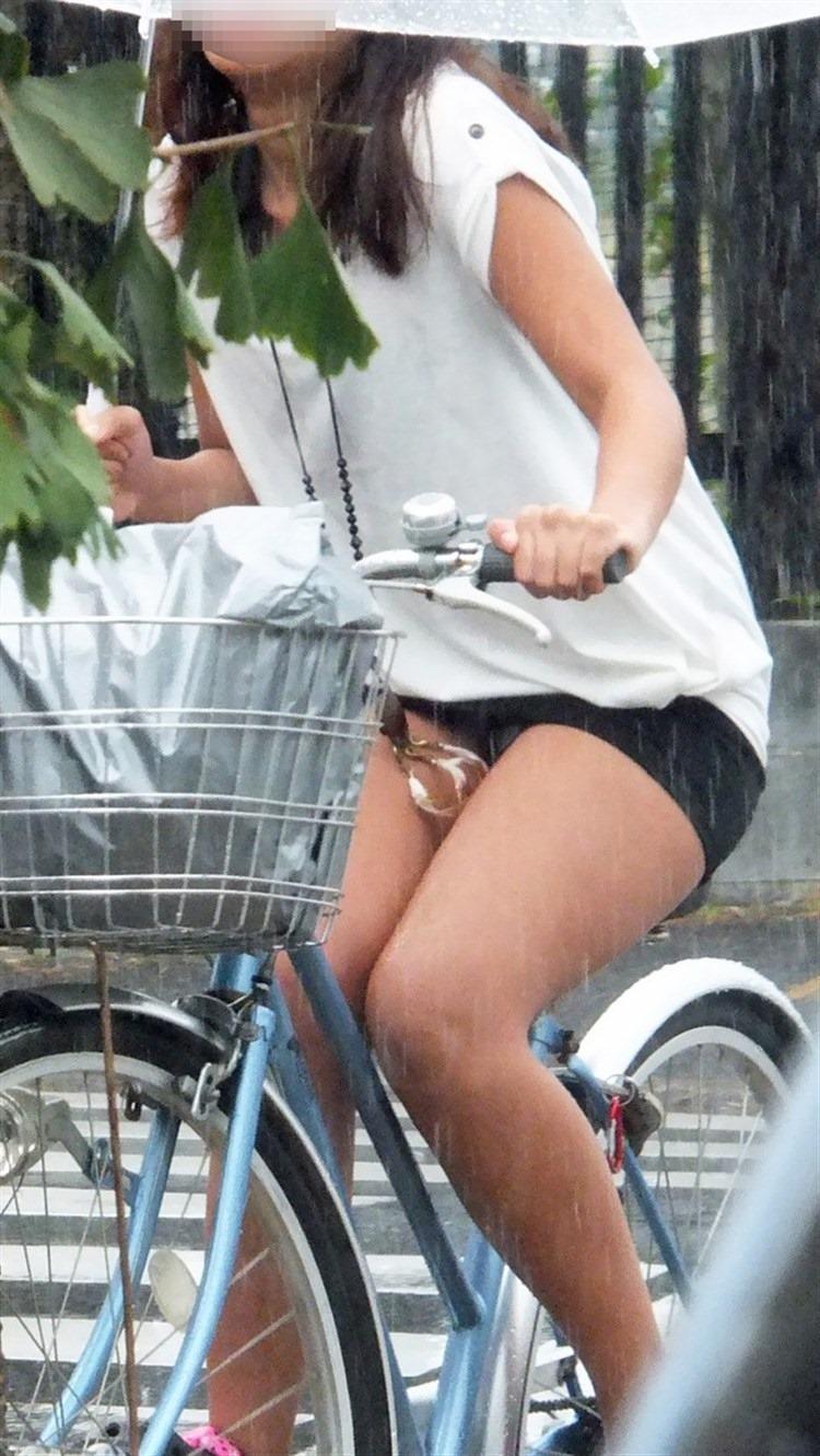 【自転車娘盗撮エロ画像】おいしそうな太ももにパンチラ!自転車娘を激写! 37