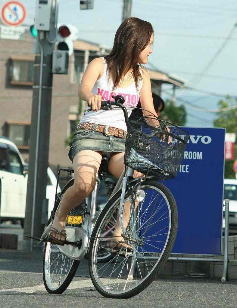 【自転車娘盗撮エロ画像】おいしそうな太ももにパンチラ!自転車娘を激写! 38