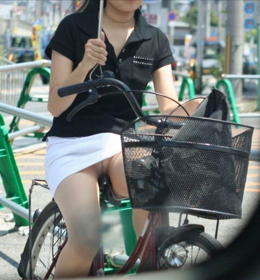 【自転車娘盗撮エロ画像】おいしそうな太ももにパンチラ!自転車娘を激写! 40