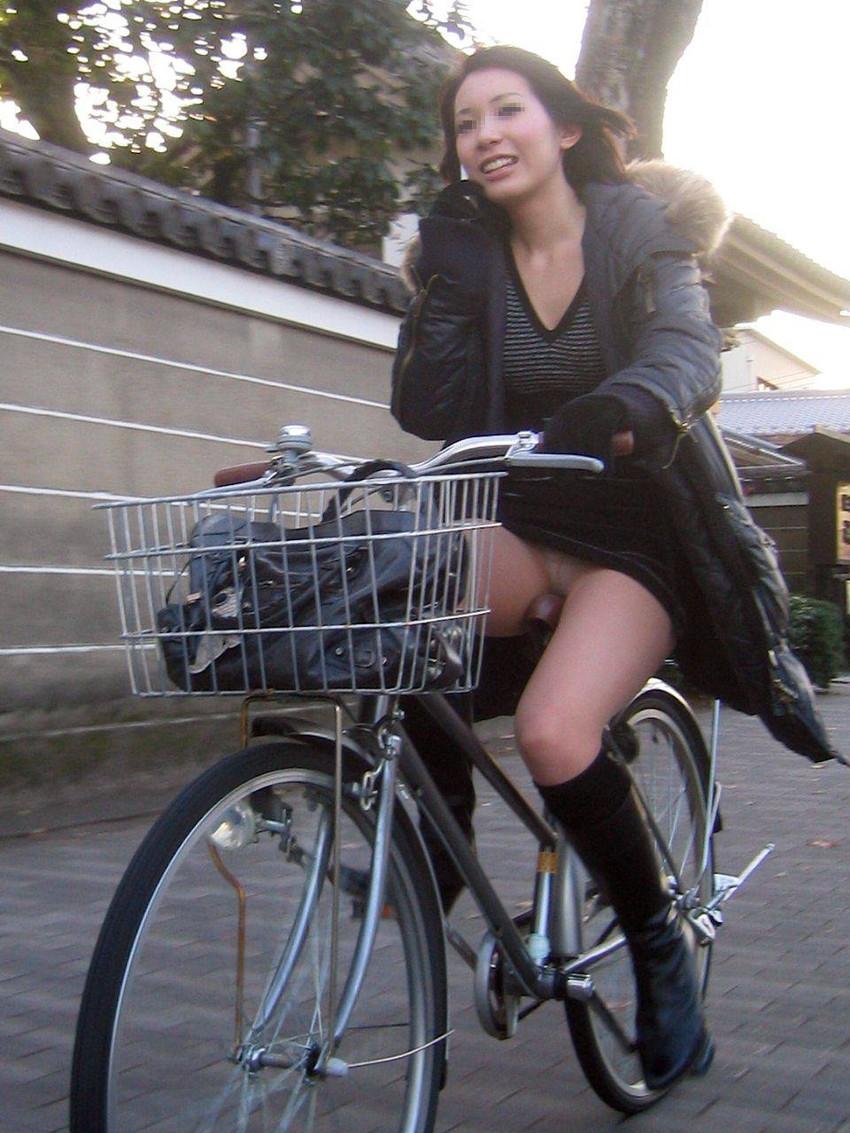 【自転車娘盗撮エロ画像】おいしそうな太ももにパンチラ!自転車娘を激写! 41