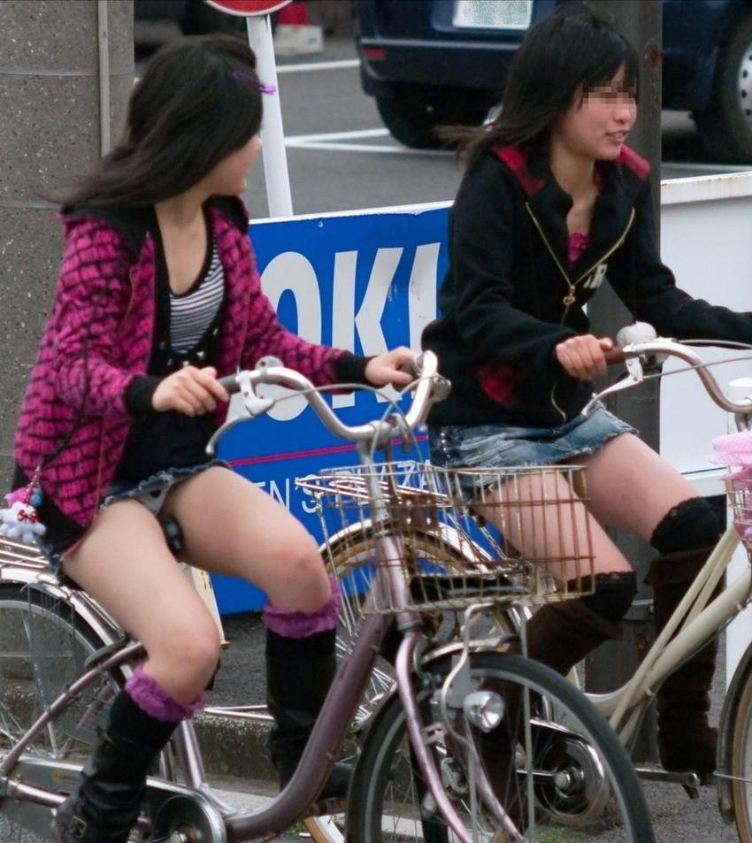【自転車娘盗撮エロ画像】おいしそうな太ももにパンチラ!自転車娘を激写! 42