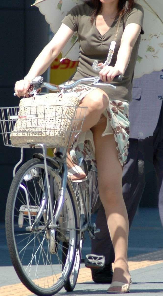 【自転車娘盗撮エロ画像】おいしそうな太ももにパンチラ!自転車娘を激写! 43