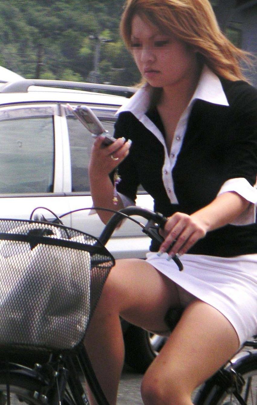 【自転車娘盗撮エロ画像】おいしそうな太ももにパンチラ!自転車娘を激写! 44