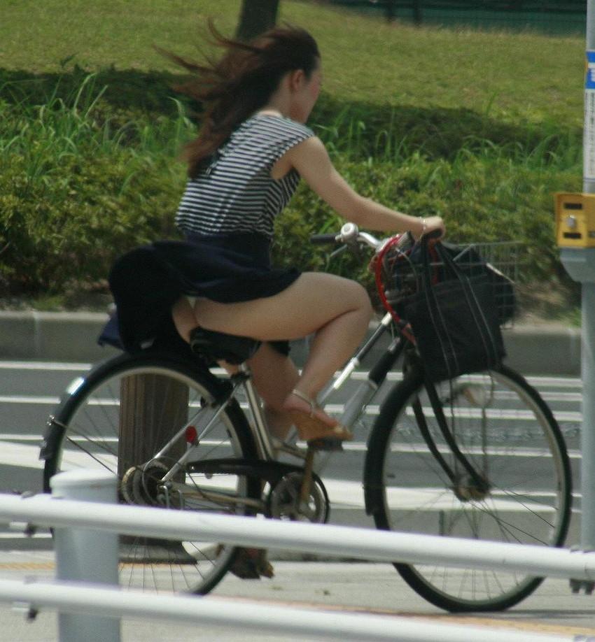 【自転車娘盗撮エロ画像】おいしそうな太ももにパンチラ!自転車娘を激写! 45