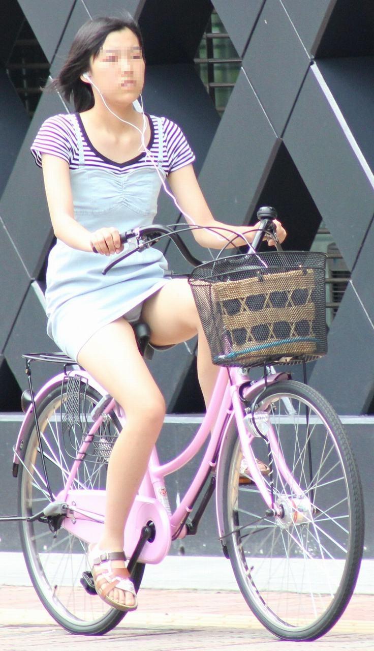 【自転車娘盗撮エロ画像】おいしそうな太ももにパンチラ!自転車娘を激写! 47
