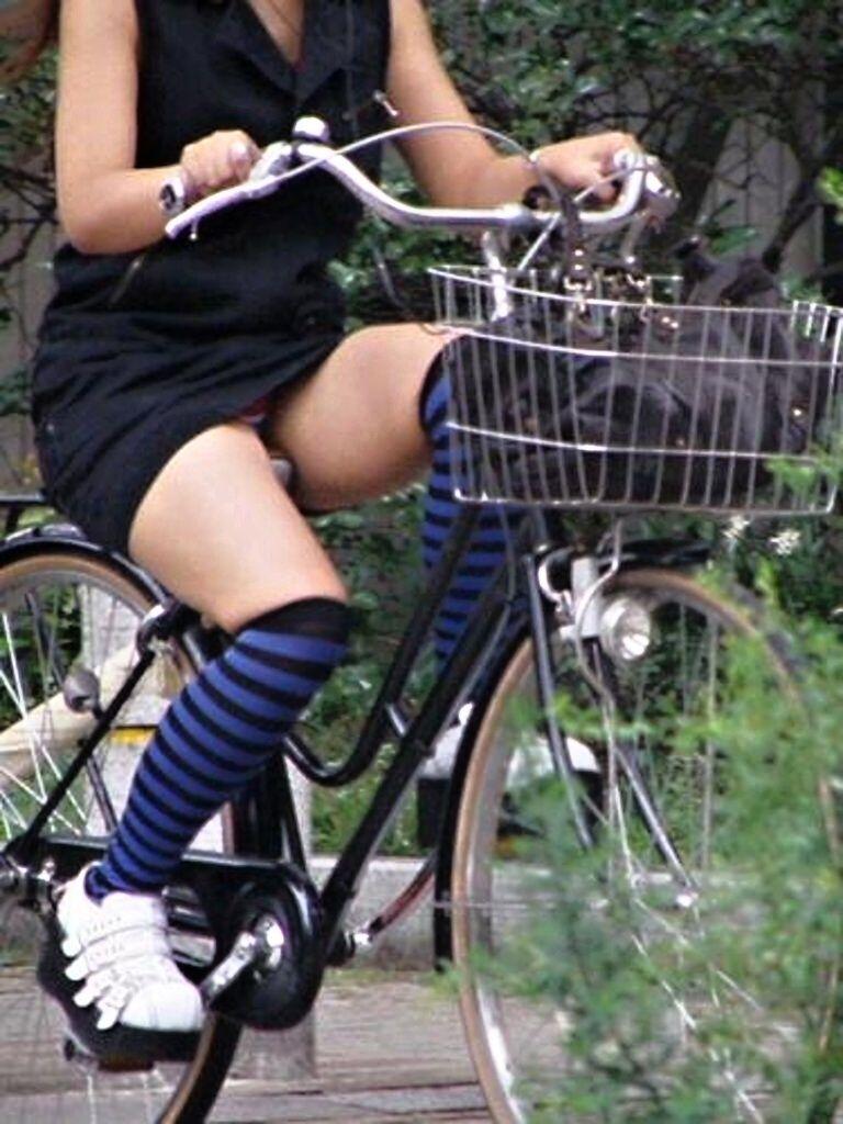 【自転車娘盗撮エロ画像】おいしそうな太ももにパンチラ!自転車娘を激写! 49