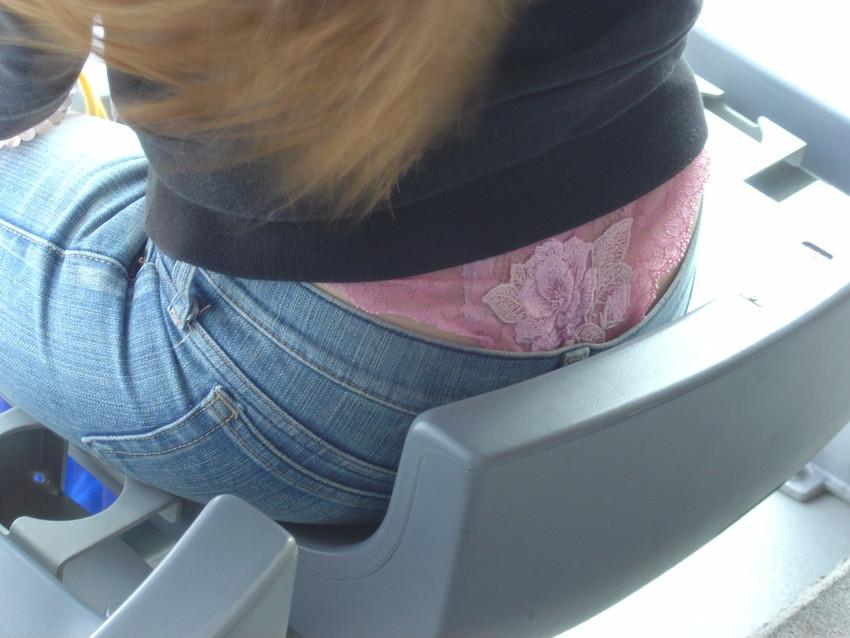 【ローライズエロ画像】パンチラ?パンモロ?判断の難しいローライズファッションwww 24