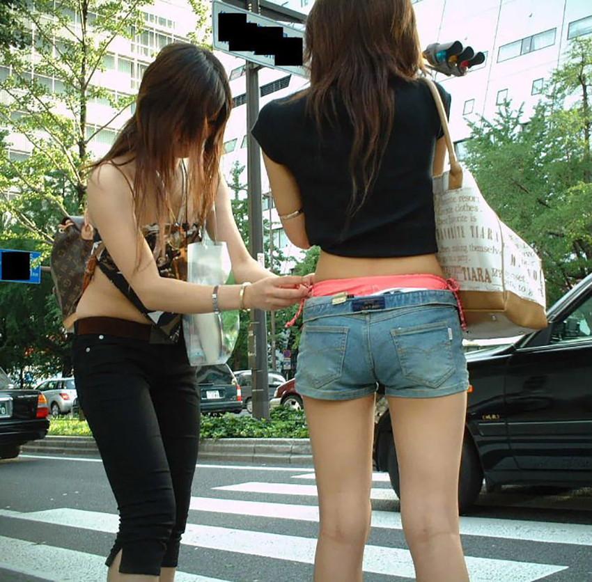 【ローライズエロ画像】パンチラ?パンモロ?判断の難しいローライズファッションwww 33